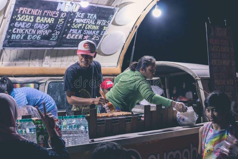 BALI, INDONESIA - 8 DE JULIO DE 2017: Café indonesio de la comida de la calle, alimentos de preparación rápida en festival en la  imágenes de archivo libres de regalías