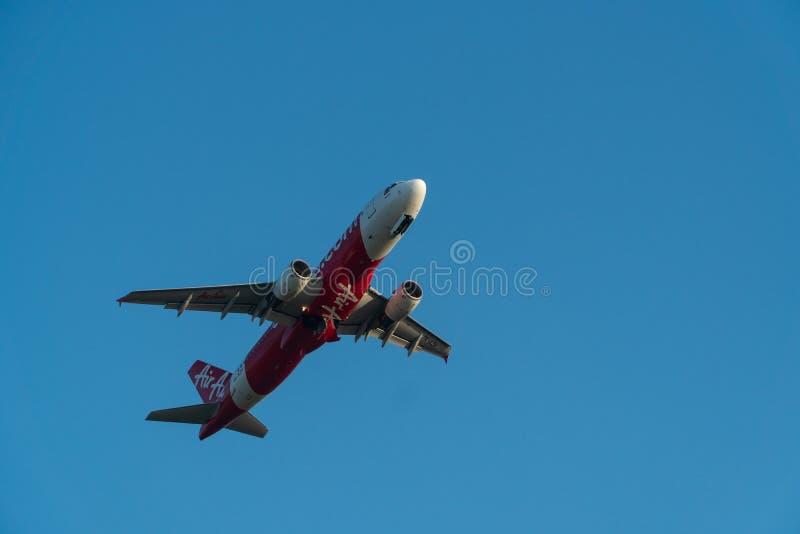BALI/INDONESIA- 6 DE JUNHO DE 2019: Air Asia, uma das linhas aéreas em Indonésia, está voando sobre o céu azul O trem de aterriss imagens de stock royalty free