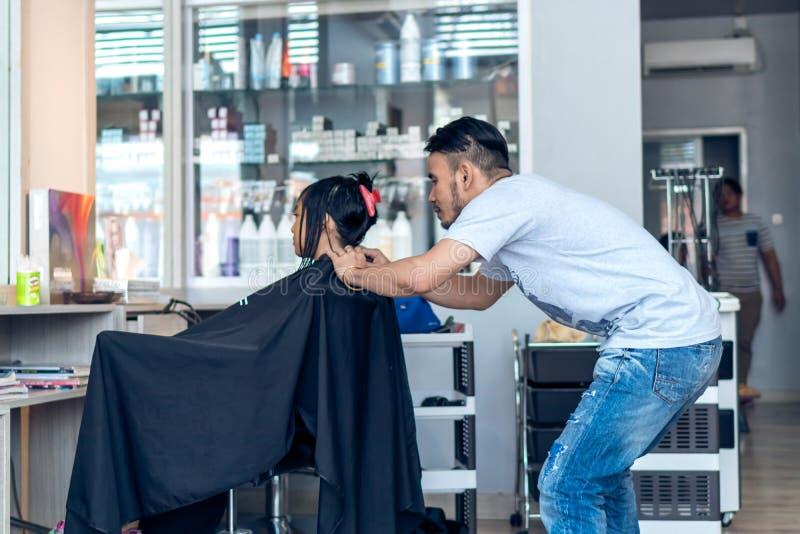 BALI, INDONESIA - 2 DE JUNIO DE 2017: Estilista en la peluquería de caballeros en la isla de Bali imágenes de archivo libres de regalías