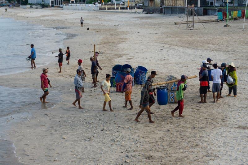 BALI/INDONESIA- 15 DE MAIO DE 2019: Alguns barcos tradicionais do Balinese retornaram ? terra depois que travaram peixes nos mare fotografia de stock royalty free