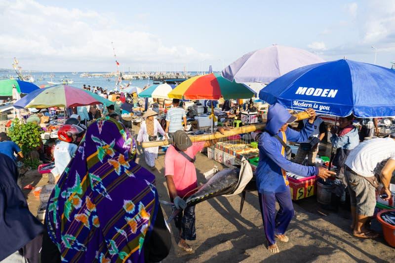 BALI/INDONESIA- 15 DE MAIO DE 2019: a atmosfera do mercado de peixes de Kedonganan-Bali com os guarda-chuvas coloridos em cada qu fotografia de stock