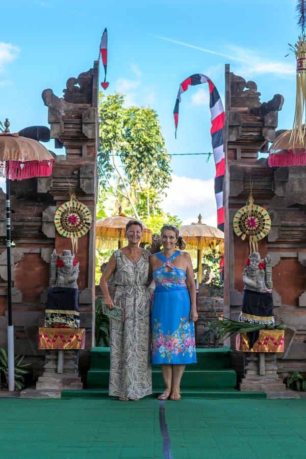 BALI, INDONESIA - 5 DE MAYO DE 2017: Mujeres europeas cerca del templo tradicional del pura del Balinese Bali, Indonesia foto de archivo