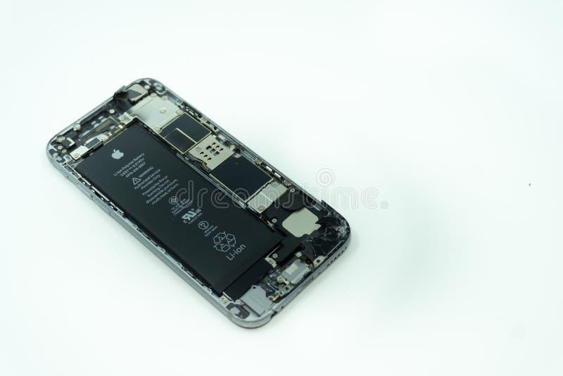 BALI/INDONESIA- 17 DE MAYO DE 2019: Foto de un iPhone 6 con la exhibición quebrada Aislado en blanco con el espacio de la copia fotografía de archivo