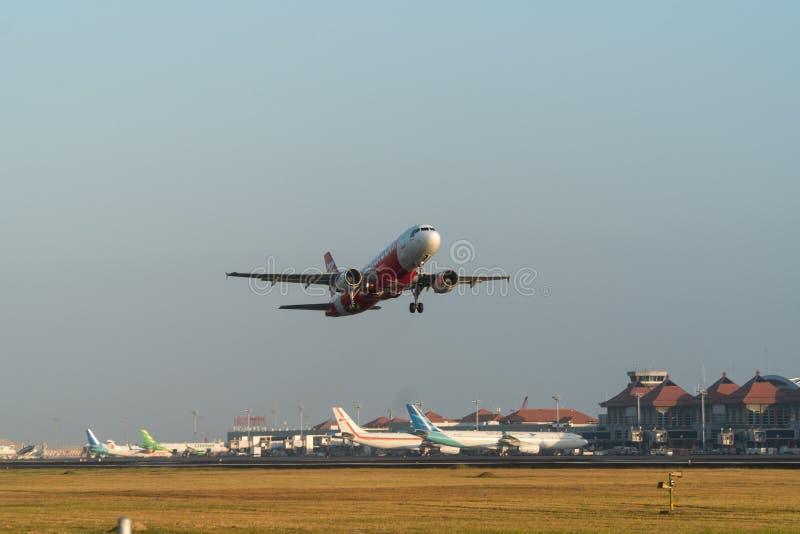 06 bali/indonesia-JUNI 2019: De vliegtuigenstart van luchtazië van Ngurah Rai Internationaal luchthaven-Bali in de ochtend stock foto