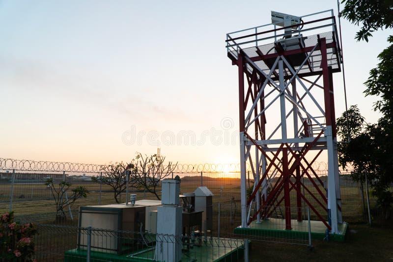 06 bali/indonesia-JUNI 2019: zonsopgang in de ochtend bij de plaats van een radartoren die vulkanisch stof bij een luchthaven ont royalty-vrije stock foto
