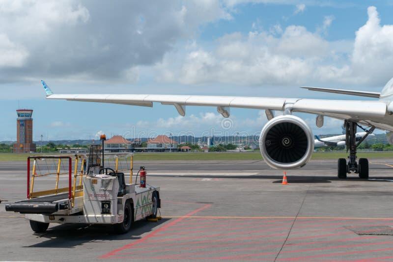 27 bali/indonesia-MAART 2019: Motor en hoofd landingsgestel wanneer de vliegtuigen op schort in de luchthaven met één of ander vo royalty-vrije stock foto
