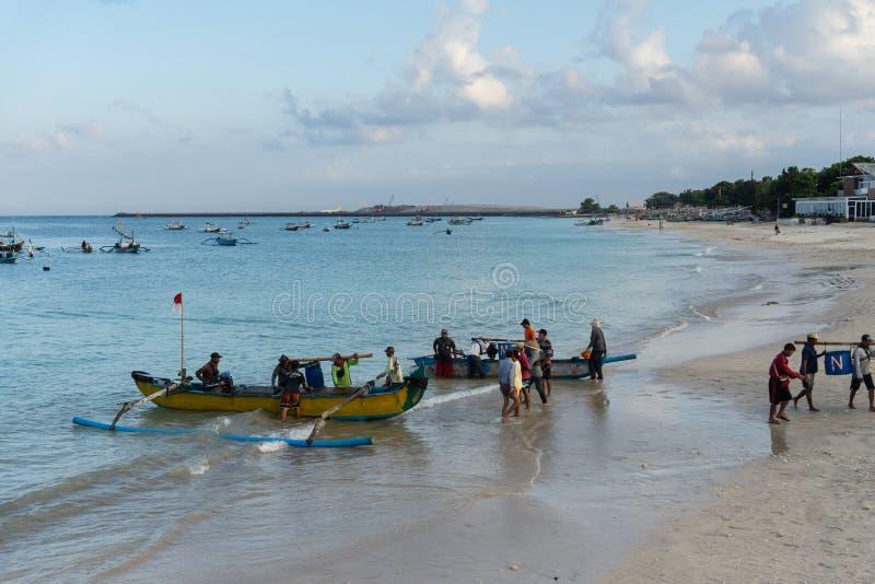 BALI/INDONESIA- 15 MAGGIO 2019: Alcune barche tradizionali di balinese sono ritornato a terra dopo che hanno pescato il pesce sug immagine stock libera da diritti