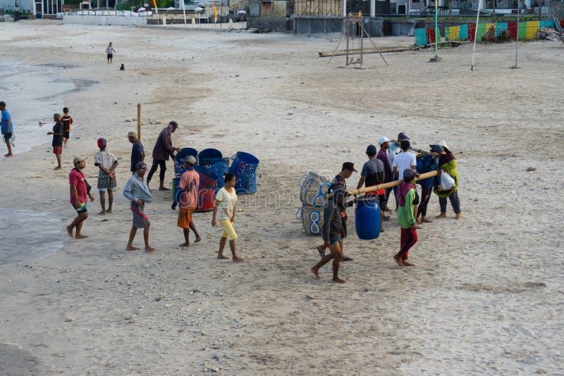 BALI/INDONESIA- 15 MAGGIO 2019: Alcune barche tradizionali di balinese sono ritornato a terra dopo che hanno pescato il pesce sug fotografie stock libere da diritti