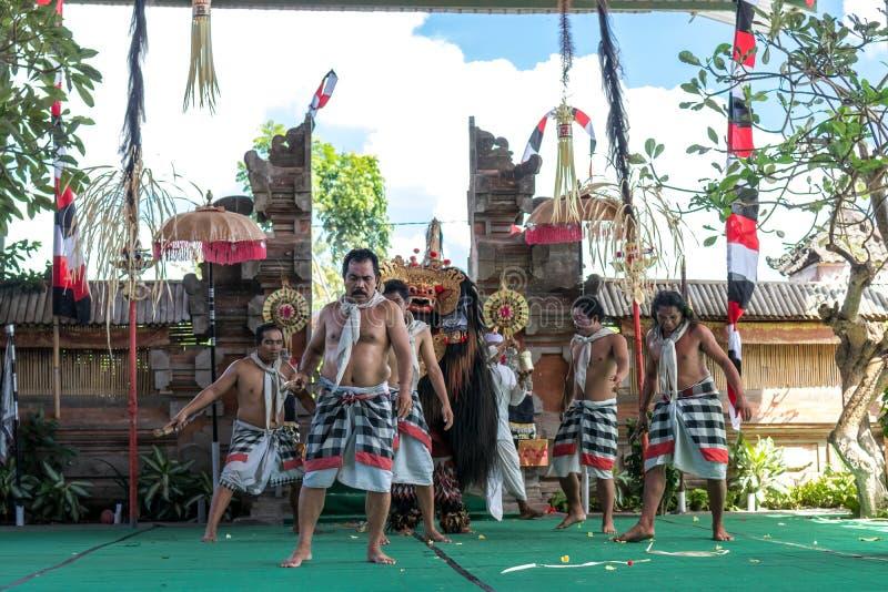 BALI, INDONESIA - 5 MAGGIO 2017: Ballo di Barong su Bali, Indonesia Barong è un ballo religioso in Bali ha basato sulle grande immagini stock