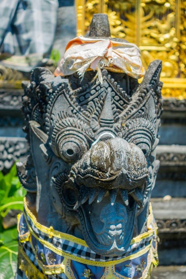 BALI, INDONESIA - 11 MARZO 2017: Dentro del tempio di balinese una scultura del drago a Pura Uluwatu, Bali, Indonesia fotografie stock libere da diritti