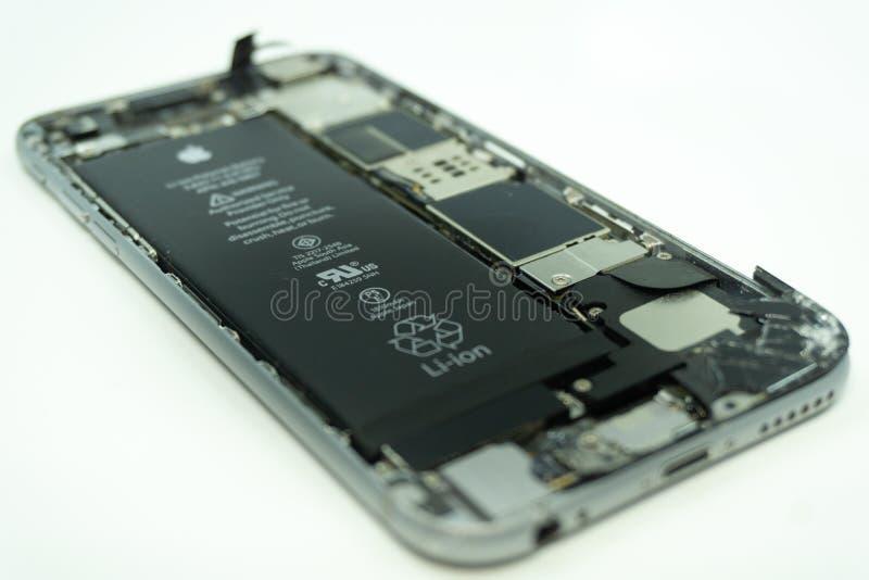 BALI/INDONESIA-MAY 17 2019年:一iPhone 6的照片与残破的显示的 隔绝在与拷贝空间的白色 免版税库存照片