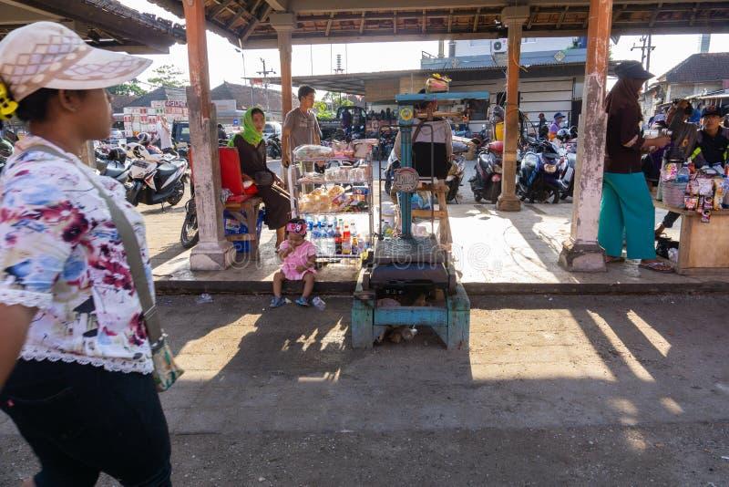 BALI-INDONESIA-MAY 15 2019年:几个摊位称渔夫的地方鱼捕获的 库存图片