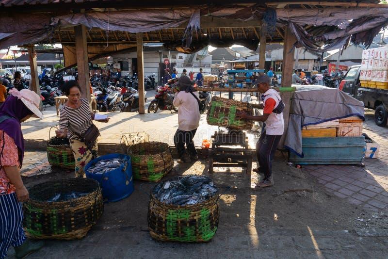 BALI/INDONESIA-MAY 15 2019年:渔夫的抓住在鱼市场站点立刻被称 渔夫抓住,被安置 库存照片