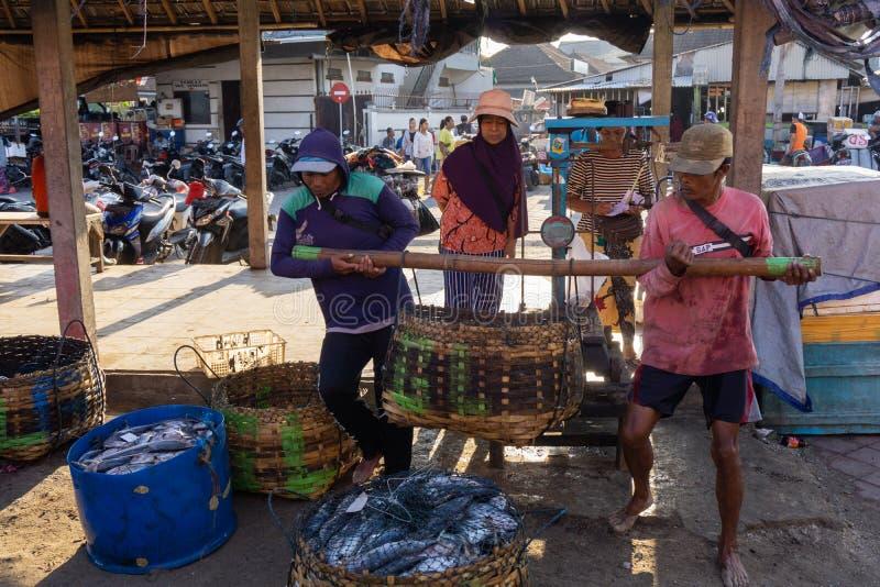BALI/INDONESIA-MAY 15 2019年:渔夫的抓住在鱼市场站点立刻被称 渔夫抓住,被安置 免版税库存照片