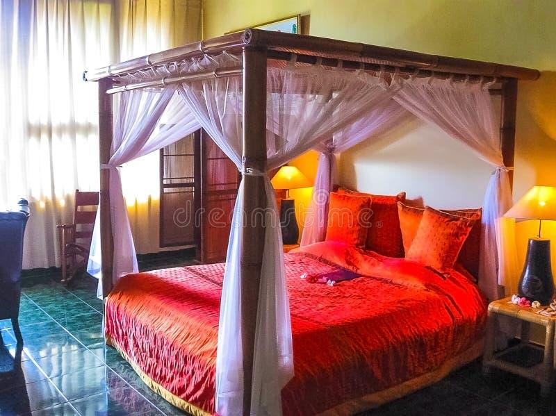 Bali Indonesien - April 11, 2012: Sikt av träsäng på den Tanah Merah semesterorten royaltyfri bild