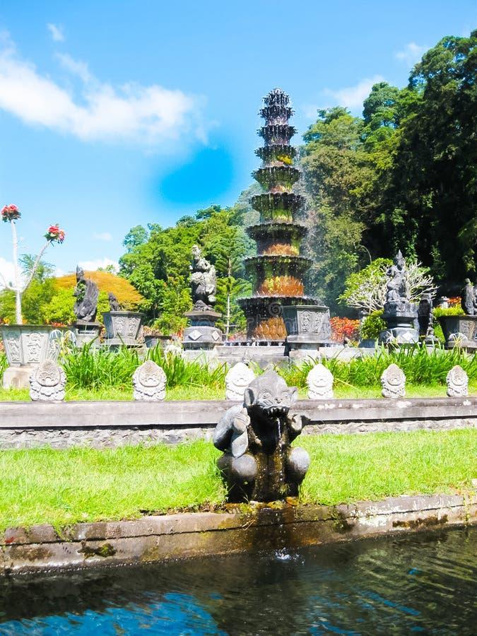 Bali Indonesien - April 17, 2012: Tirtagangga vattenslott fotografering för bildbyråer
