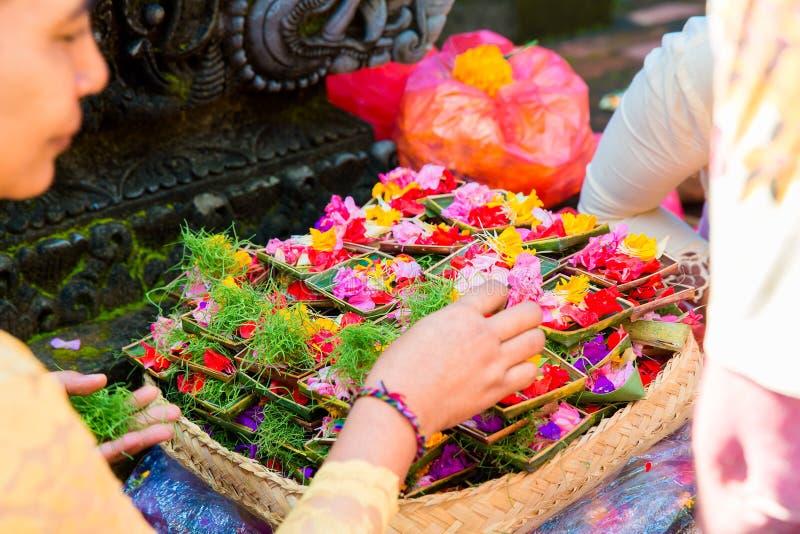 Bali, Indonesien, am 3. Mai 2015 Weibliche Hände, die Lebensmittel Gott anbieten, stockfotos