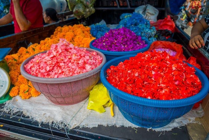 BALI INDONESIEN - MARS 08, 2017: Utomhus- Bali blommamarknad Blommor används dagligen av balinesen Hindus som symboliska fotografering för bildbyråer