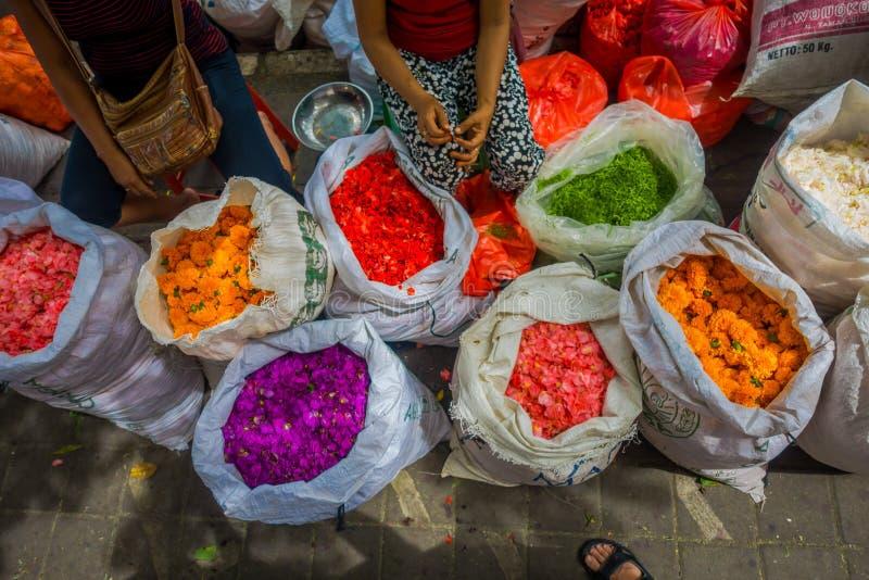 BALI INDONESIEN - MARS 08, 2017: Utomhus- Bali blommamarknad Blommor används dagligen av balinesen Hindus som symboliska arkivbild