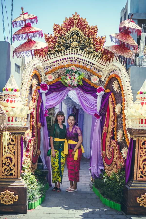 BALI INDONESIEN - OKTOBER 23, 2017: Bröllopceremoni, balinesebröllop arkivfoto