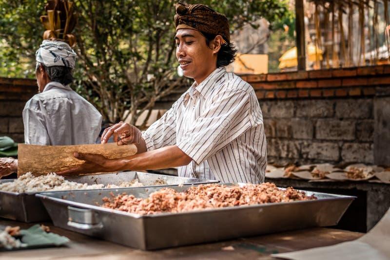 BALI, INDONESIEN - 25. SEPTEMBER 2018: Männer, die für das Kochen des traditionellen Balineselebensmittels in einem berühmten Tem lizenzfreies stockfoto