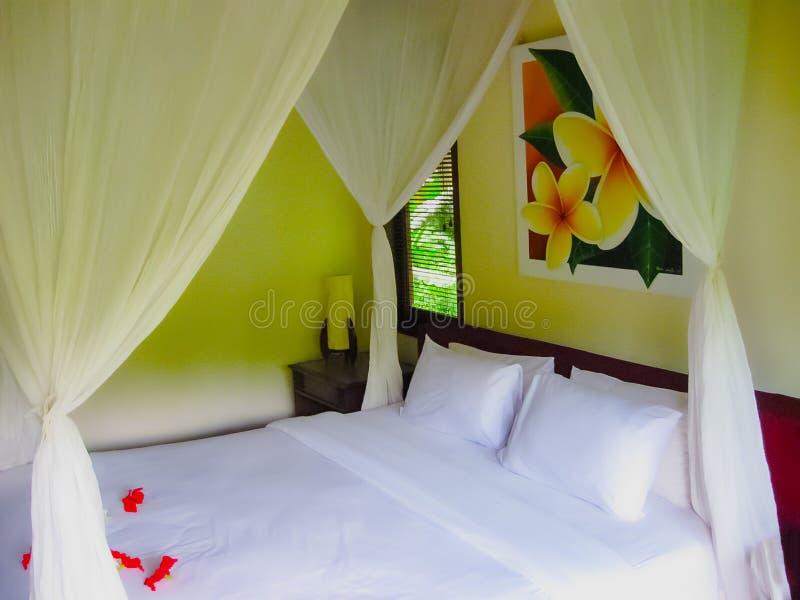 Bali Indonezja, Kwiecień, - 13, 2012: Widok bungalow z łóżkiem przy Nandini dżungli zdrojem i kurortem zdjęcia royalty free