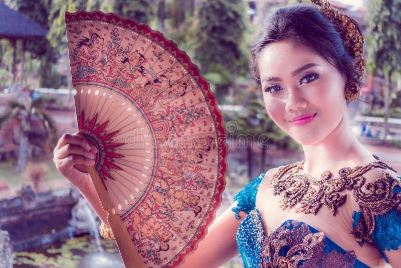 BALI INDONEZJA, MARZEC, - 08, 2017: Niezidentyfikowana piękna kobieta w Kertha Gosa pawilonie w Klungkung pałac w Denpasar, fotografia stock