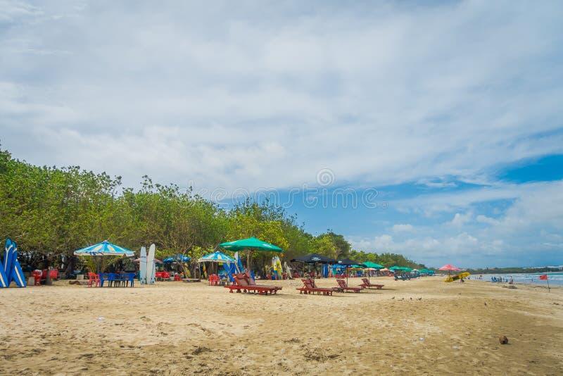 BALI INDONEZJA MARZEC 08 2017: Późne Popołudnie przy Niskiego przypływu turystami spaceruje na Legian plaży zdjęcia royalty free