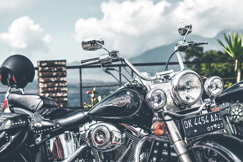 BALI INDONEZJA, SIERPIEŃ, - 12, 2018: Harley Davidson motocykle na parking blisko do Batur wulkanu obraz stock