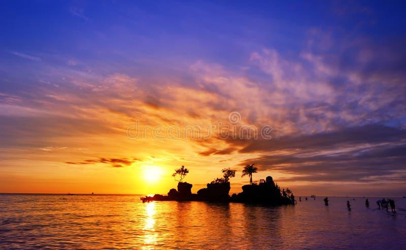 Bali-Insel in Indonesien bei Sonnenuntergang mit schönem Himmel stockbild
