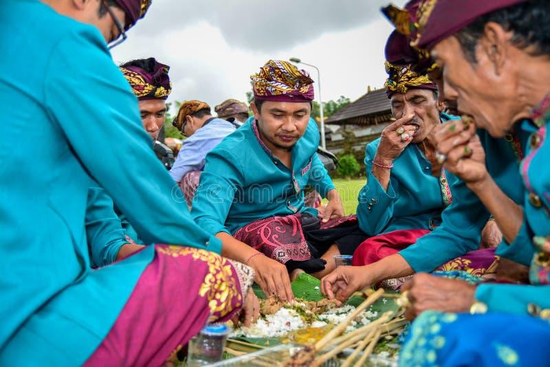 Bali kallade traditionell kultur Megibung för att äta samman med 4-6 personer på den samma plattan royaltyfri bild
