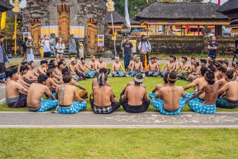 BALI - 20 MAI 2018 : danse traditionnelle de Kecak de Balinese au temple de danu d'Ulun photo libre de droits