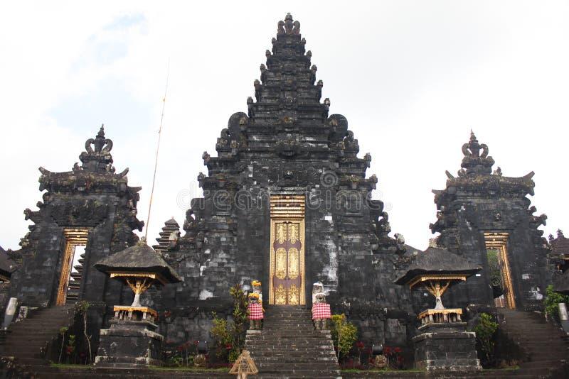 BALI - OKTOBER 17: Oidentifierade turister som besöker Besakih vikarier royaltyfri fotografi