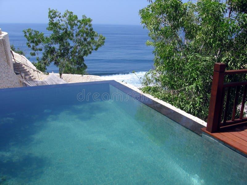 Bali. Opinión de océano de la piscina imágenes de archivo libres de regalías