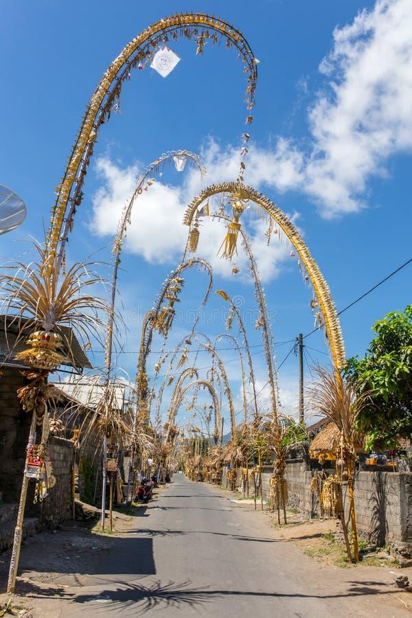 Bali Penjors, dekorujący bambusowi słupy wzdłuż wioski ulicy w Bali, Indonezja zdjęcie stock