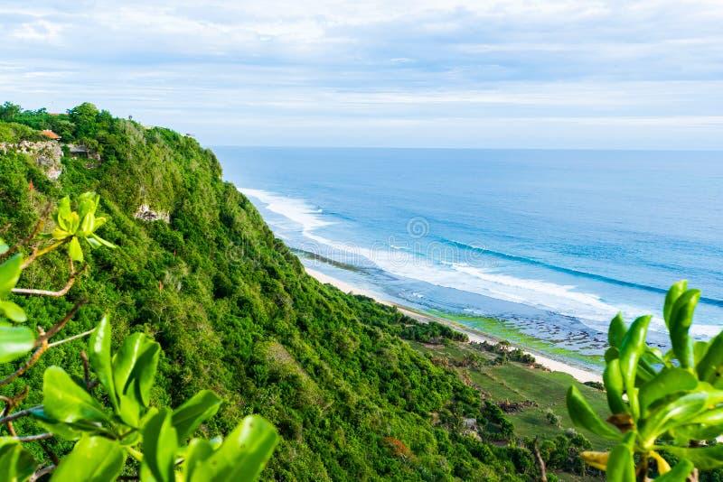 Bali seascape med enorma vågor på den härliga dolde vita sandstranden Natur för Bali havsstrand, utomhus- Indonesien _ arkivbild
