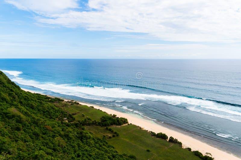 Bali seascape med enorma vågor på den härliga dolde vita sandstranden Natur för Bali havsstrand, utomhus- Indonesien _ royaltyfria bilder