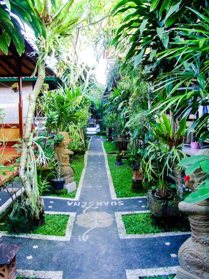 Bali stil av semesterorten och att arbeta i trädgården arkivbild
