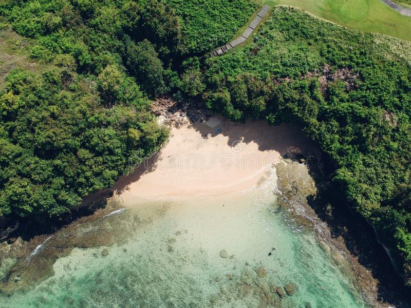 Bali versteckte tropische Strand-Antenne lizenzfreie stockfotografie