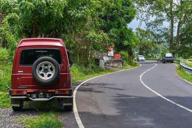 BALI wyspa INDONEZJA, GRUDZIEŃ, - 17, 2017: Mały samochód na mou obrazy stock