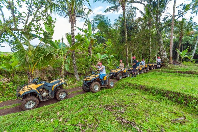 BALI wyspa INDONEZJA, SIERPIEŃ, - 25, 2008: Grupa turysty driv obraz stock