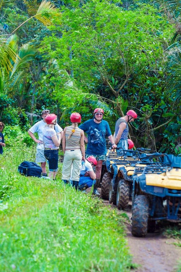 BALI wyspa INDONEZJA, SIERPIEŃ, - 25, 2008: Grupa turysty driv zdjęcia royalty free
