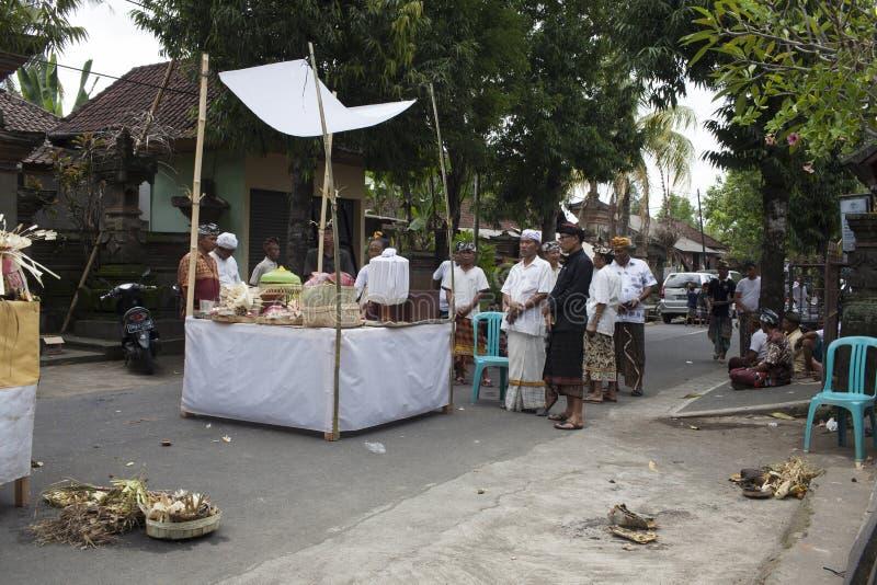Balijczyków ludzie przygotowywa dla ceremonii kremacja, przynosi ofiary outside w ulicie, Bali wyspa, Indonezja zdjęcia stock