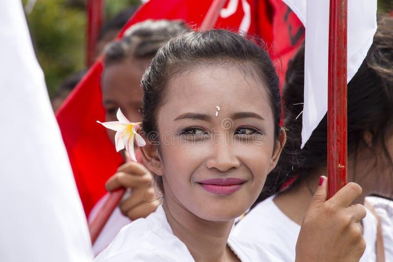 Balijczyk dziewczyna ubierał w krajowym kostiumu dla ulicznej ceremonii w Gianyar, wyspa Bali, Indonezja obrazy royalty free