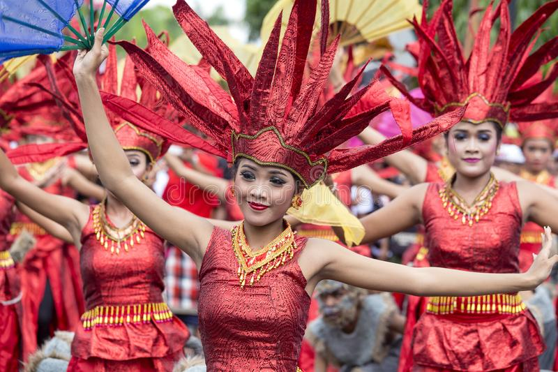Balijczyk dziewczyny ubierali w krajowym kostiumu dla ulicznej ceremonii w Gianyar, wyspa Bali, Indonezja obraz royalty free
