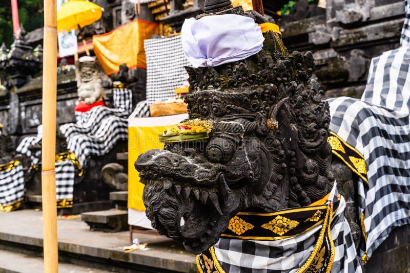 Balijczyk Hinduska ?wi?tynia dekoruj?ca dla tradycyjnego festiwalu Kamienni smoki ubieraj?cy dla balijczyka Hinduskiego festiwalu obraz stock