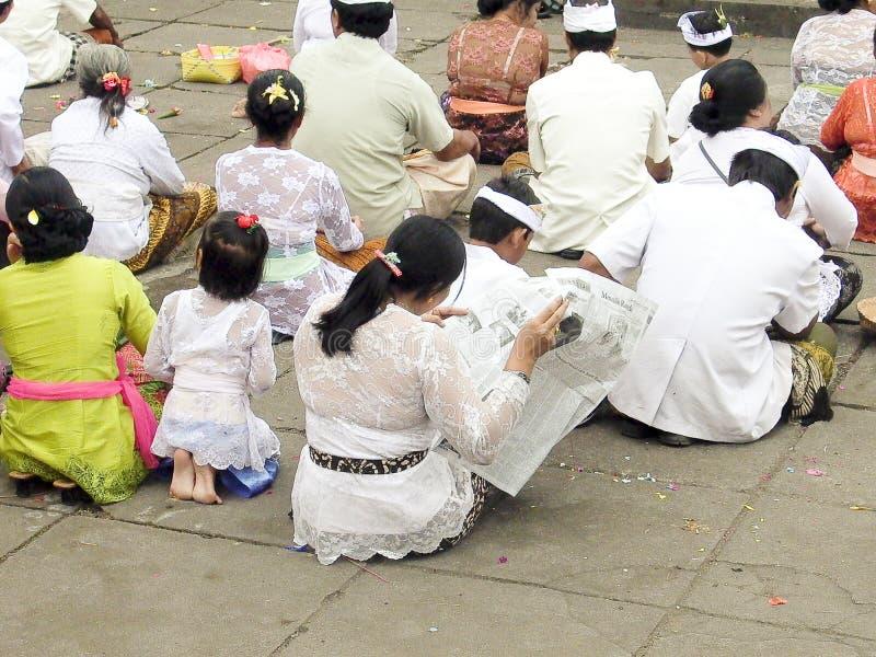 Balijczyk kobieta czyta gazetę podczas religijnego korowodu zdjęcia stock