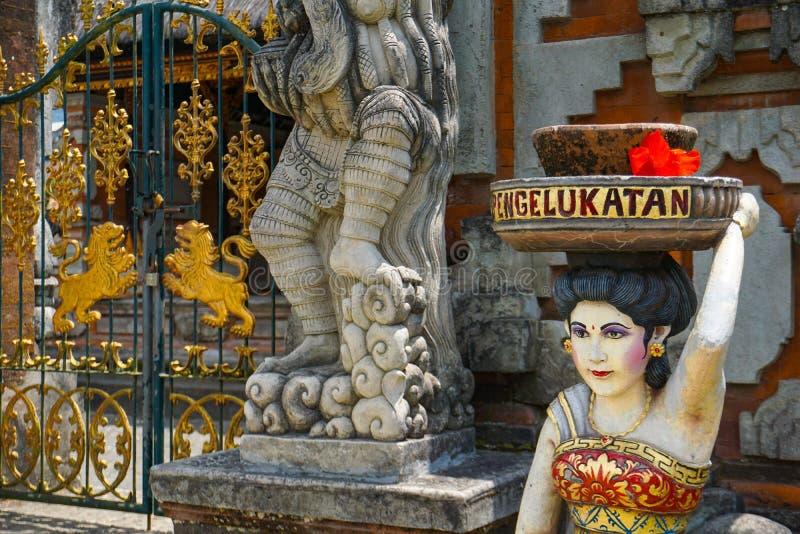 Balijczyk kobiety statua trzyma dalej jego bogowie przy balijczyk świątynią głowa prezenty i ofiary, Bali, Indonezja zdjęcie stock