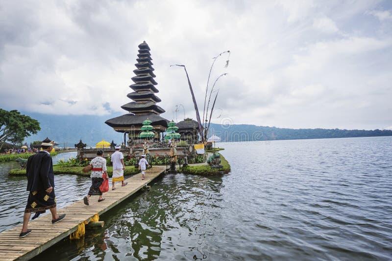 Balijczyk odwiedza ich hinduizm świątynię obraz royalty free