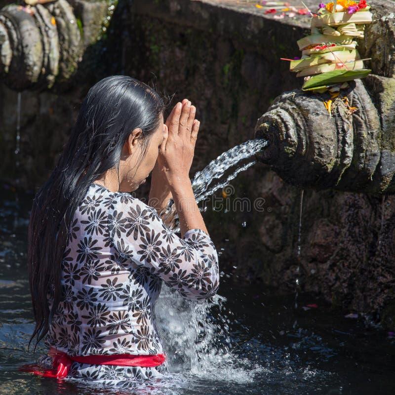 Balijczyk rodziny przychodzić święta wiosny wody świątynia Tirta Empul w Bali modlić się ich duszę i czyścić, Indonezja zdjęcie stock